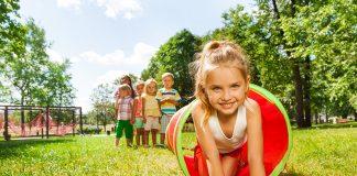 Bambini giocano centro estivo