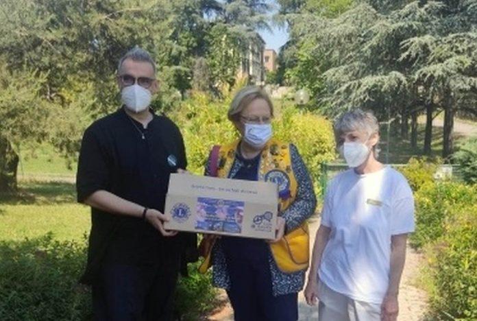 Lions donazione occhiali anziani