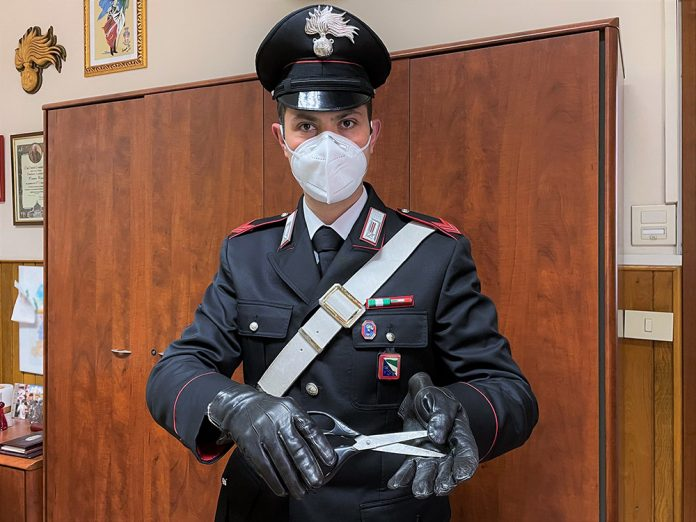 Carabiniere con forbici